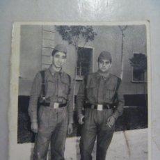 Fotografía antigua: FOTO DE LA MILI : SOLDADOS DE ARTILLERIA CON ROPA DE FAENA AÑOS 60 .. Lote 57963888