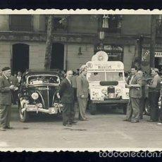 Fotografía antigua: FOTO DE COCHES ANTIGUOS PARTICIPANTES EN ALGUN RALLY. LOCALIZACION DESCONOCIDA. PUBLICIDAD PIRELLI. Lote 58070454