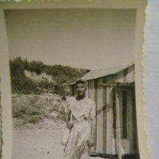 Fotografía antigua: FOTO DE UN TRAVESTÍ , MUCHACHO VESTIDO DE MUJER EN LA PLAYA , DETRAS CASETAS. AÑOS 50. Lote 98508254