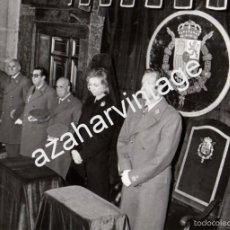 Fotografía antigua: EL ESCORIAL,1976, LOS REYES DE ESPAÑA EN EL FUNERAL POR ALFONSO XIII, 178X128MM. Lote 58682144