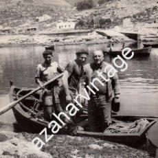 Fotografía antigua: ESPECTACULAR FOTOGRAFIA DE DON SANTIAGO BERNABEU CON UNOS PESCADORES,180X240MM. Lote 58688816