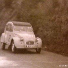 Fotografía antigua: ANTIGUA FOTOGRAFIA, CARRERA O RALLY CITROEN 2CV, 1950S, 10,5 X 7,5 CM. Lote 58788816