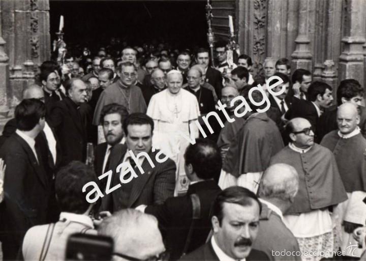 SEVILLA, 1982, VISITA DE JUAN PABLO II, SALIENDO DE LA CATEDRAL,178X128MM (Fotografía Antigua - Fotomecánica)