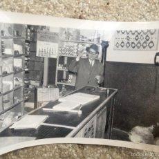 Fotografía antigua: REPUESTOS SAN ANTONIO MADRID 1969 CALENDARIO ESTANTERIAS TELEFONO MOSTRADOR FOTO PRUDENCIO DE ANDRES. Lote 59708379
