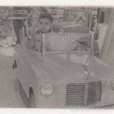 Fotografia antica: FOTOGRAFIA NIÑO EN ATRACCION DE FERIA COCHE. Lote 60191319
