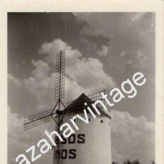 Fotografía antigua: ANTIGUO FOTOGRAFIA, MOLINO DE VIENTO, PUBLICIDAD QUESOS DE MANZANARES,90X130MM. Lote 61280123