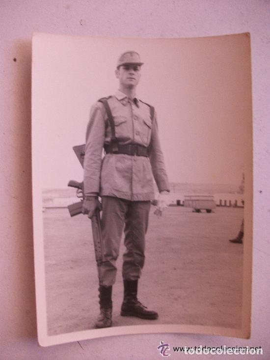 FOTO DE LA MILI : SOLDADO ESPAÑOL CON ROPA DE FAENA Y CETME . 1965 . 7,5 X 10,5 CM. (Fotografía Antigua - Fotomecánica)