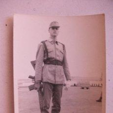 Fotografía antigua: FOTO DE LA MILI : SOLDADO ESPAÑOL CON ROPA DE FAENA Y CETME . 1965 . 7,5 X 10,5 CM.. Lote 61774236