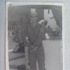 Fotografía antigua: FOTO DE LA MILI : SOLDADO ESPAÑOL CON ROPA DE FAENA TOCANDO EL VIOLIN CON UN JAMON. 12 X 18 CM.. Lote 62030292