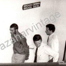 Fotografía antigua: SEVILLA, 1973, DETENCION DE EL TOTO, HERMANO DE EL LUTE, MUY RARA, 178X128MM. Lote 62078780