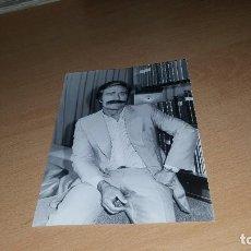 Fotografía antigua: FOTOGRAFIA DE MIGUEL DE LA QUADRA SALCEDO, ARCHIVO PRENSA DE TVE. 18 X 13 CM.. Lote 62108788