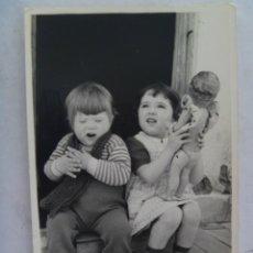 Fotografía antigua: FOTO DE DOS NIÑOS : ELLA CON MUÑECA PEPONA Y EL CANTANDO FLAMENCO.. Lote 195122678
