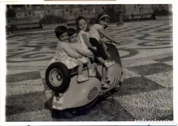 ANTIGUA FOTOGRAFIA, NIÑOS MONTADOS EN VESPA, 110X75MM (Fotografía Antigua - Fotomecánica)