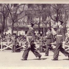 Fotografía antigua: FOTOGRAFÍA. AÑO 1943. DESFILE DEL GRAL. FRANCO A PIE. PAPEL AGFA. PERFECTO ESTADO.. Lote 62352060