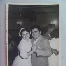 Fotografía antigua: FOTO DE BODA, HOMBRE BAILANDO CON NOVIA , 1955 . DE BARAS , UBEDA. Lote 62661920