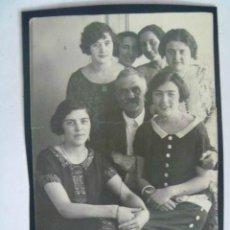 Fotografía antigua - RETRATO DE FAMILIA NUMEROSA, PADRE Y MONTON DE HIJAS . PRINCIPIOS DE SIGLO XX .... 8 x 12 cm - 62720364