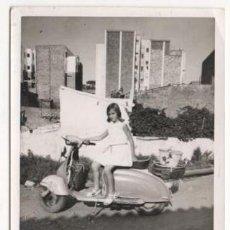 Fotografía antigua: (ALB-TC-4) FOTOGRAFIA NIÑA ENCIMA DE UNA MOTO VESPA. Lote 62785368