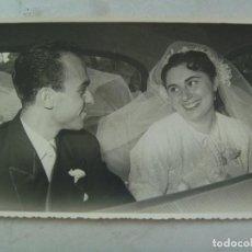 Fotografía antigua: FOTO DE BODA : NOVIOS DENTRO DEL COCHE NUPCIAL , 1955. DE BARAS, UBEDA. Lote 63268152