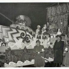 Fotografía antigua: CARROZA PROCESIÓN DE REYES, BARCELONA, 1955. SOLDADOS BRAZALETE CRUZ ROJA . FOTO J. Mª DOMÍNGUEZ.. Lote 63695419