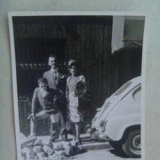 Fotografía antigua: FOTO DE FAMILIA Y UN SEAT 600. Lote 64079215