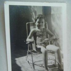 Fotografía antigua: FOTO DE NIÑA EN BAÑANDOR SENTADA EN LA HAMACA. Lote 64424591