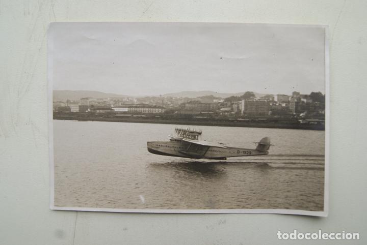 PRECIOSA AEROPLANO SOBREVOLANDO A CORUÑA 1930FOTO BLANCO 17X 12CM (Fotografía Antigua - Fotomecánica)