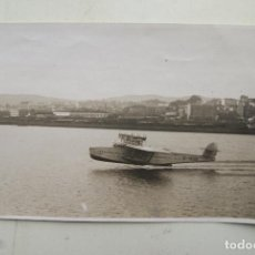Fotografía antigua: PRECIOSA AEROPLANO SOBREVOLANDO A CORUÑA 1930FOTO BLANCO 17X 12CM. Lote 65910630