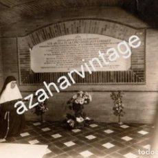 Fotografía antigua: SEVILLA, AÑOS 30,MONJA REZANDO ANTE LA TUMBA DE SOR ANGELA DE LA CRUZ,FOT.LA MONTAÑESA,172X118MM. Lote 66199206