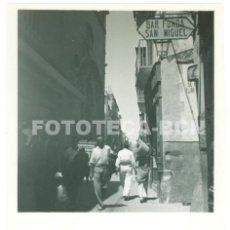 Fotografía antigua: FOTO ORIGINAL CALLE DE PALMA DE MALLORCA BAR FONDA SAN MIGUEL POSIBLEMENTE JULIO DE 1936 - 5,5X5,5CM. Lote 67408833