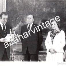 Fotografía antigua: MADRID, 1977, CESION DE LOS DERECHOS DINASTICOS POR PARTE DE DON JUAN EN FAVOR DE SU HIJO,178X128MM. Lote 67600601