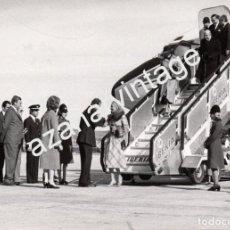 Fotografía antigua: MADRID, 1976, EL REY DON JUAN CARLOS RECIBIENDO A LA EMPERATRIZ FARAH DIBA,178X128MM. Lote 67933781