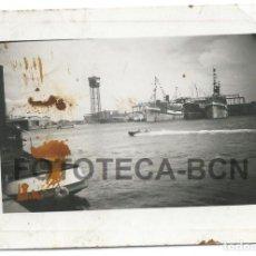 Fotografía antigua: FOTO ORIGINAL PUERTO DE BARCELONA LANCHA BARCO REMOLCADOR ALMACENES TORRE SAN SEBASTIAN AÑOS 20. Lote 68255485
