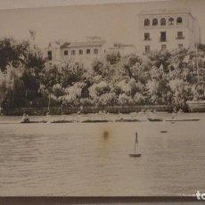 Fotografía antigua: ANTIGUA FOTOGRAFIA.REGATA POR EL RIO GUADALQUIVIR.SEVILLA.AÑOS 60?. Lote 68944169