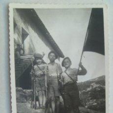 Fotografía antigua: GUERRA CIVIL - CARLISMO - REQUETÉ : FOTO DE NIÑOS PELAYOS CON BANDERA Y ARMADOS. SAN SEBASTIAN, 1938. Lote 69115361