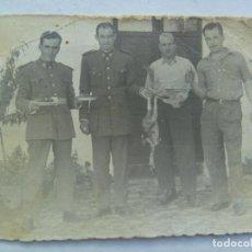 Fotografía antigua: CASA CUARTEL DE LA GUARDIA CIVIL : GUARDIAS Y AMIGOS Y DOS POLLOS MUERTOS. Lote 69300657