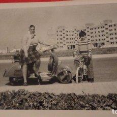 Fotografia antiga: ANTIGUA FOTOFRAFIA,MUJER Y NIÑO EN VESPA.SCOOTER.LAMBRETTA.SEVILLA.AÑOS 60?. Lote 69870537