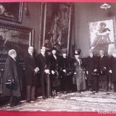 Fotografía antigua: ANTIGUA FOTOGRAFIA - REY ALFONSO XIII Y VARIAS PERSONAS EN EXPOSICIÓN DE PINTURA MADRID . R -4040. Lote 90322262