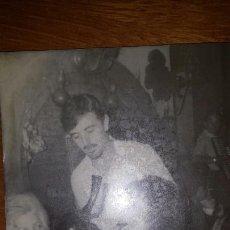 Fotografía antigua: FOTO AÑOS 50 ' BEBIENDO DEL PORRÓN' . TIPICO ESPAÑOL. 15X10'5 CM. Lote 70035665