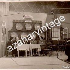 Fotografía antigua: RARISIMA FOTOGRAFIA, AÑOS 50, PROGRAMA DE TELEVISION, BODEGAS DOMECQ, UNA RAREZA,170X110MM. Lote 70348797
