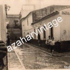 Fotografía antigua: SEVILLA, AÑOS 50, RIADA EN EL BARRIO DE LA MACARENA, CALLE MONEDEROS,140X90MM. Lote 70388333
