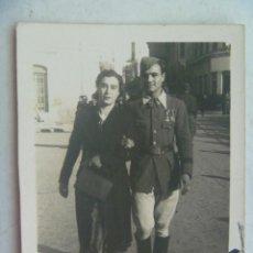 Fotografía antigua: MINUTERO DE FOTOGRAFO CALLEJERO PAREJA PASEANDO , ÉL SANIDAD MILITAR VETERANO GUERRA CIVIL. AÑOS 40. Lote 70458341