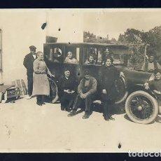 Fotografía antigua: FOTO TAMAÑO POSTAL DE UNA FAMILIA JUNTO A UN COCHE ANTIGUO Y UN CABALLO. LOCALIZACION DESCONOCIDA. Lote 71663047