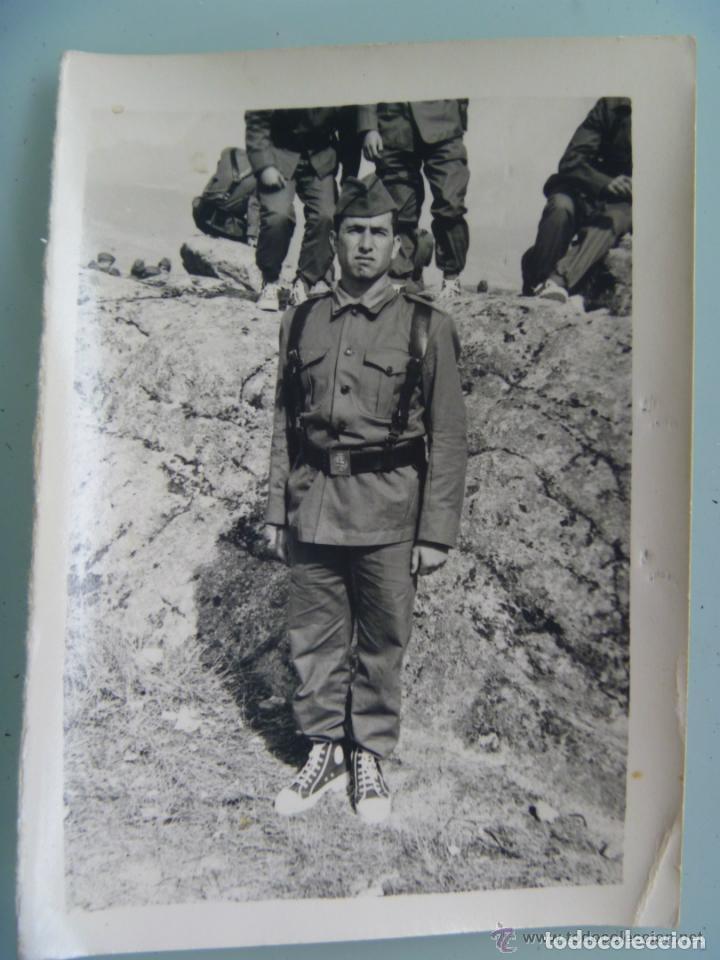 FOTO DE LA MILI : SOLDADO CON ROPA DE FAENA Y BOTINES BAMBAS . AÑOS 60. (Fotografía Antigua - Fotomecánica)