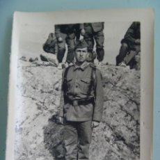 Fotografía antigua: FOTO DE LA MILI : SOLDADO CON ROPA DE FAENA Y BOTINES BAMBAS . AÑOS 60.. Lote 71695575