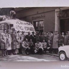 Fotografía antigua: FOTO ANTIGUA JORNADAS FRANCO ESPAÑOLAS BUS Y 600 ANIMADA. Lote 71829883