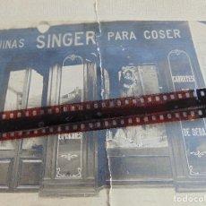 Fotografía antigua: FOTO FOTOGRAFIA COMPAÑIA SINGER DE MAQUINAS DE COSER REINOSA CANTABRIA PEGADA SOBRE CARTON. Lote 71917563