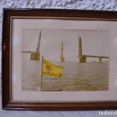 Fotografía antigua: EL CANO PASANDO POR EL PUENTE LEVADIZO DE CÁDIZ. CON BANDERA DE LA ÉPOCA DE FRANCO.. Lote 72208059