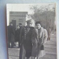 Fotografía antigua: MINUTERO DE FOTOGRAFO CALLEJERO PAREJA PASEANDO , ÉL SANIDAD MILITAR . AÑOS 40. Lote 73920107