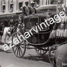 Fotografía antigua: ATENAS, 1962, LA REINA DOÑA SOFIA EN CARRUAJE EL DIA DE SU BODA, RARISIMA,140X86MM. Lote 74007539