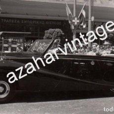Fotografía antigua: ATENAS, 1962, COMITIVA REAL , BODA DE DON JUAN CARLOS Y DOÑA SOFIA, RARISIMA,140X86MM. Lote 74077299